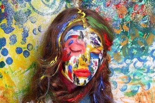 顔を塗られた女性