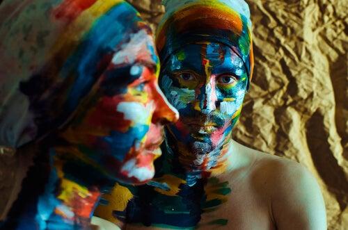 色を塗った二人の女性の顔