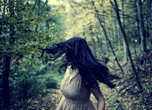 森で後ろを振り向く女性
