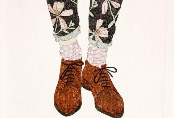花柄のズボンと茶色の靴