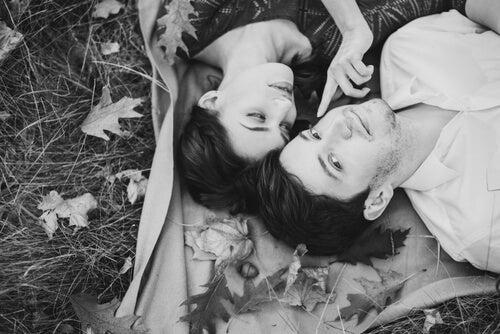 野原に横たわるカップル
