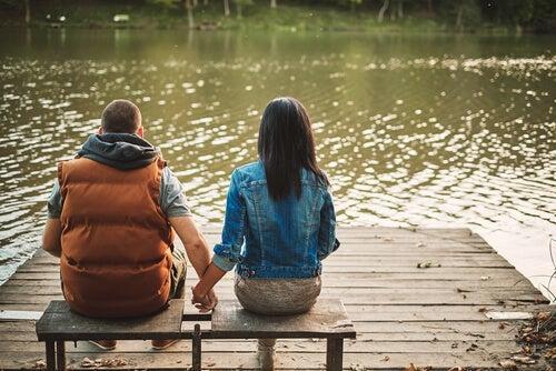 デッキに座るカップル