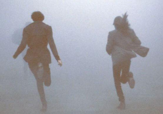 霧の中を走る二人