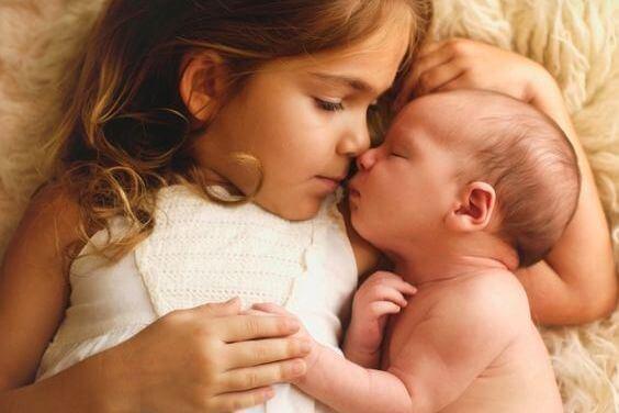 女の子と新生児