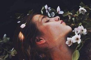 鼻の上に横たわる女性