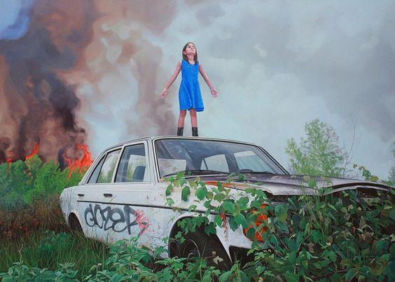 車の上に立つ少女