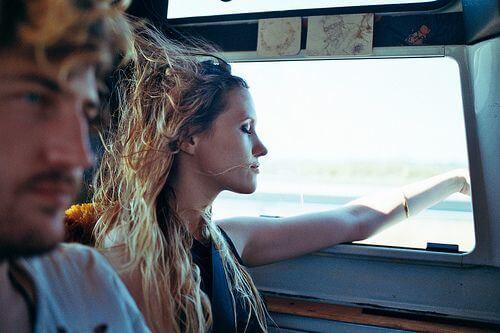 車の窓から手を出す女性