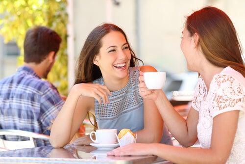 カフェで話す二人の女性