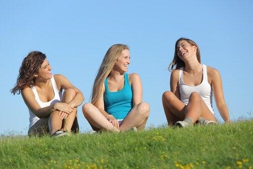 座って話す3人の女性