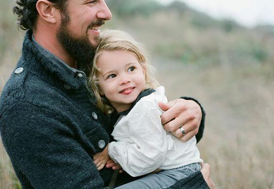 父親に抱きかかえられる少女