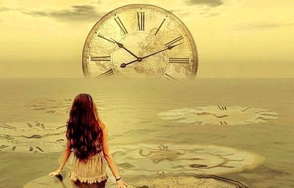 時計の前の少女