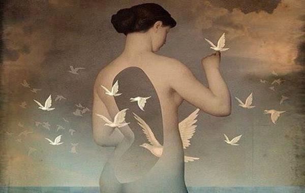 女性を通り抜ける鳩