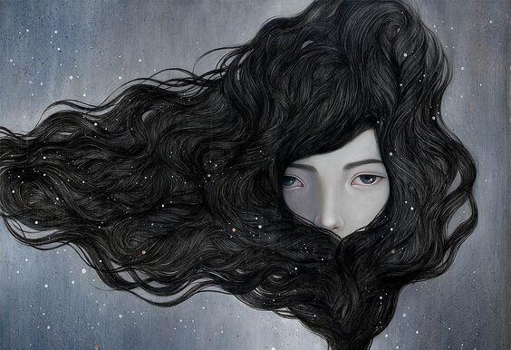 髪で顔を隠す女性