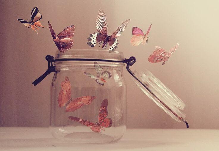 蝶がたわむれる瓶