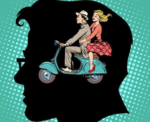 バイクに乗る男女