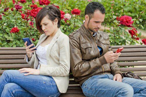 携帯を使う男女