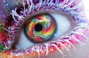 レインボーカラーの目