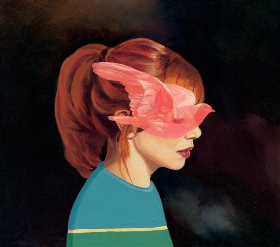 鳥が顔を覆った赤毛の少女