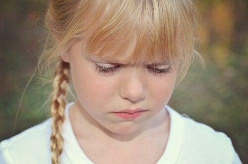 泣きそうな女の子