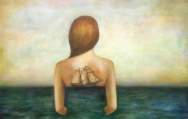 女性の背に映る帆船