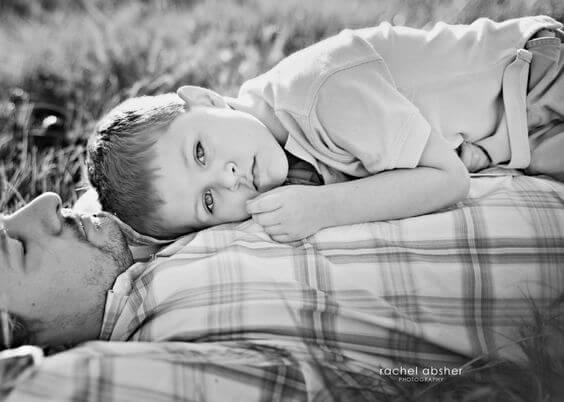 父親の胸に横たわる少年