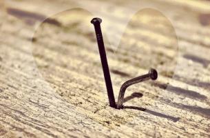 ハートに囲まれた日本の釘