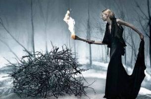 火をつける黒いドレスの女性