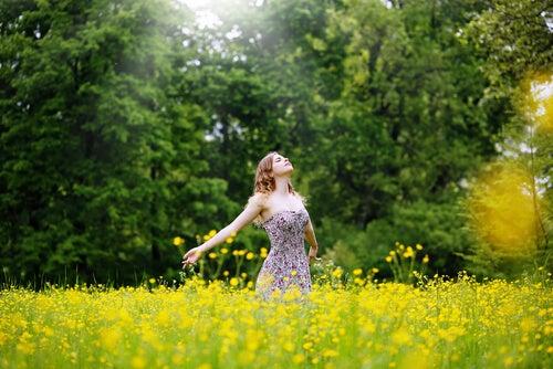 花畑の中の女性