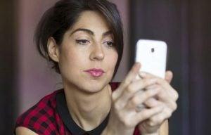 女性と携帯