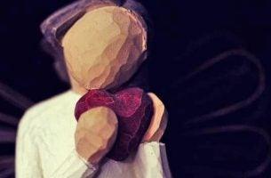 ハートを抱えた女性の彫刻