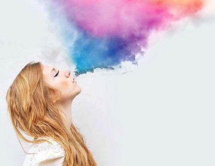 虹色の息を吐く女性