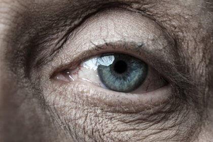 老人の青い目