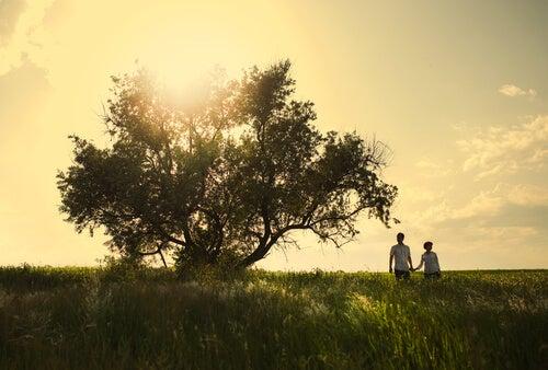木の傍らのカップル