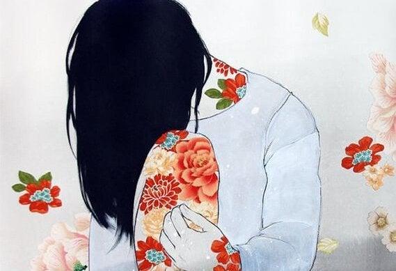 肌に花が映る女性