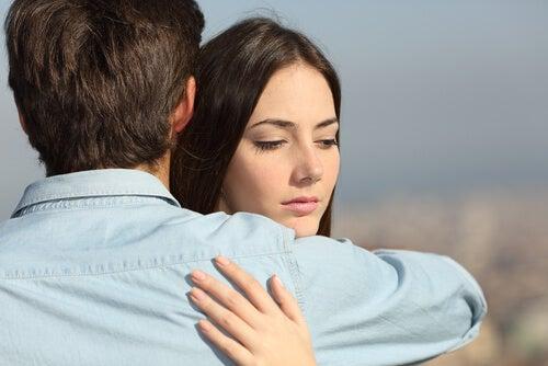 彼に抱きしめられる女性