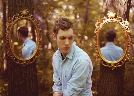 二つの鏡と男性