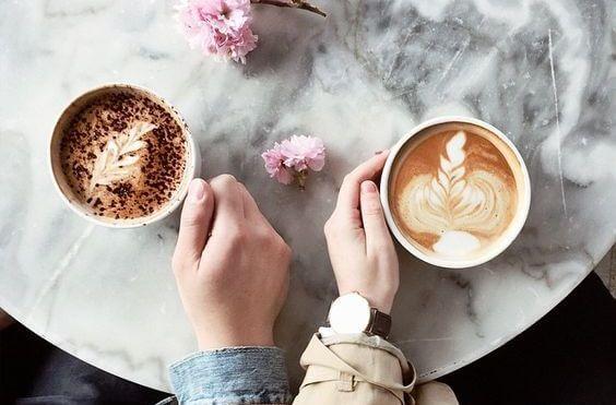 コーヒーを手にする二人