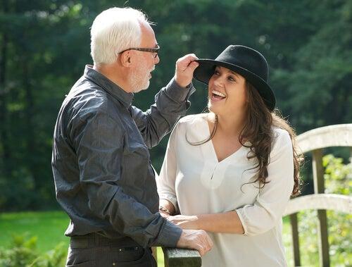白髪の男性と黒い帽子の女性