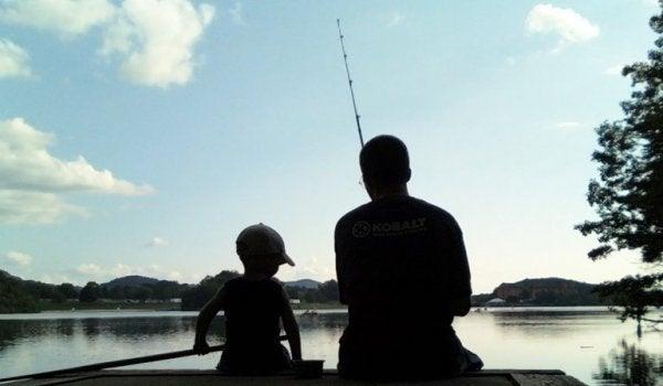 釣りをする父子