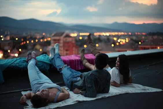 屋上に寝そべる3人