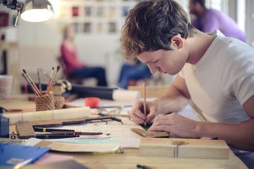 芸術作品を作る若者