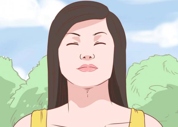 目をつぶる女性