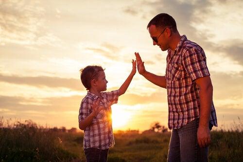 手を合わせる子供と父親