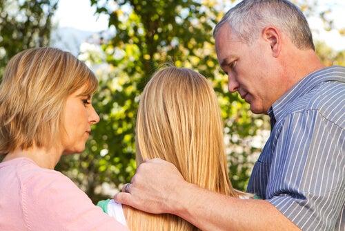少女と心配する両親