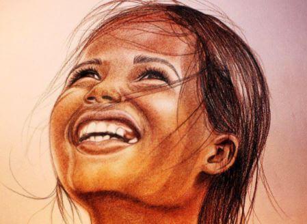 空を見上げて笑う女の子