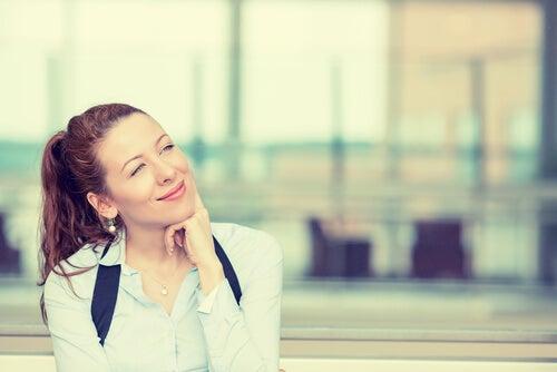 独り微笑む女性