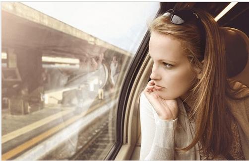 電車の外を眺める女性