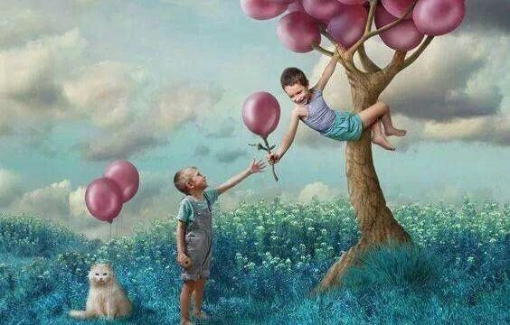 風船を木から取る少年たち