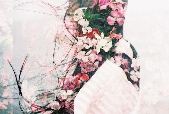 花と女性の影