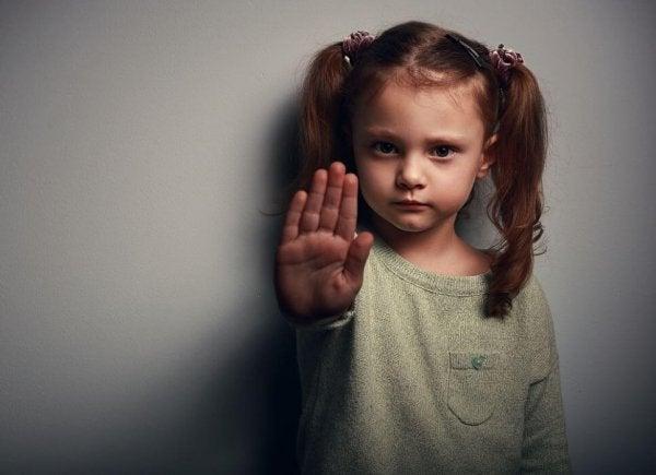 手を飾る女の子
